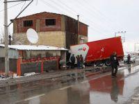 Manisa'da Tır Kahvehane Girdi; 1 yaralı