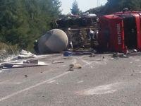 Sülfürik Asit yüklü tır kaza yaptı yola döküldü