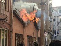 Akhisar'da yangında 2 ev kül oldu
