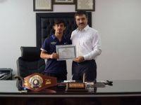 Dünya şampiyonu Kerem Kamal'dan okuluna anlamlı ziyaret