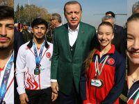 Cumhurbaşkanı Erdoğan'ı Akhisarlı 2 şampiyon karşıladı