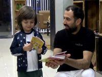 Akhisarlı berber traşa gelen çocuklara kitap hediye ediyor
