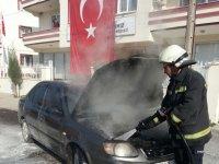 Akhisar'da şehir merkezinde araç seyir halindeyken yandı
