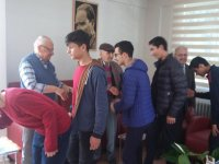 Hilaliye Kur'an Kursu hafız öğrencileri büyüklerinin ellerini öpmeye gitti