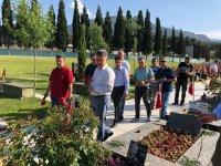 Ak Partili Özkan şehitlerimizin kabirlerini ziyaret ederek dua etti