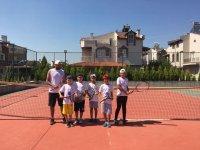 Akhisarlı minik tenisçiler Muğla'dan kupayla döndü