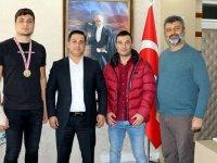 Yunus Özürk, Şampiyon boksör Deniz'i ödüllendirdi