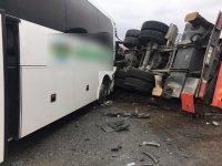 Otobüs ile vinç yüklü kamyon çarpıştı: 2'si ağır 17 yaralı!