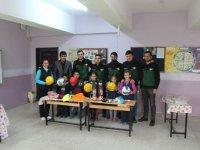 Yeşil Siyah Taraftarlar Derneği'nden köy okuluna spor malzemesi desteği