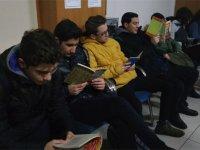 Okula geç kalan öğrenci kitap okuyor