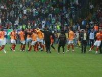 Rize'de olaylı maç. 90+7'de gelen golle Galatasaray liderliği aldı