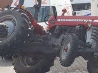 Virajı alamayan traktör yol kenarında oturan kadına çarptı