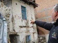 Akhisar'ın Süleymanlı Mahallesinde hasarlı binalar korkutuyor