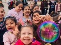 Depremden etkilenen çocukların yüzlerini güldürdüler