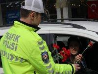 Polis ceza için değil, çiçek vermek için durdurdu