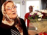 Sağlıkçı kızından sağlıkçı annesine sürpriz kutlama