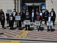 Akhisarlı Avukatlar Adliye önünde oturma eylemi yaptı