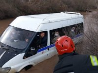 Beyoba Mahallesinde işçileri taşıyan minibüs dere yatağında battı