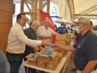 Akhisar Belediye Başkanı Besim Dutlulu, pazarda dondurma dağıttı
