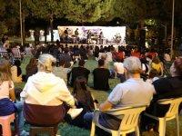 Akhisar'da açık hava yaz konserlerine gençlerden büyük ilgi