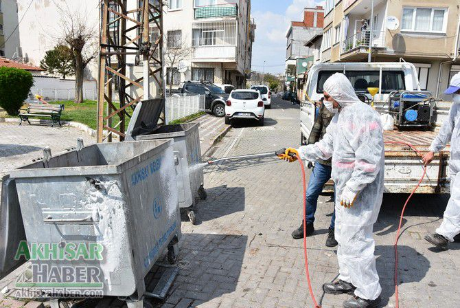 akhisar'da-cop-konteynerleri-dezenfekte-ediliyor-(5)-001.jpg