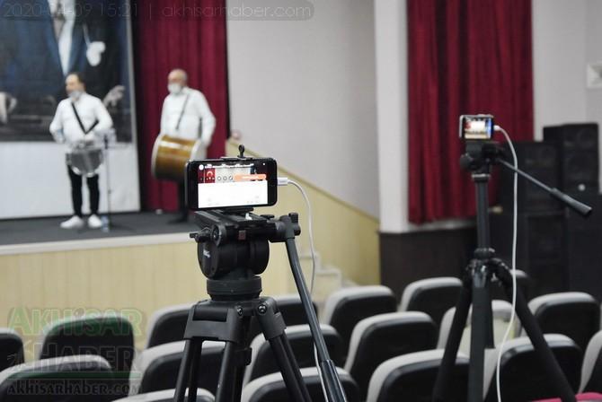 akhisar-belediyesi-canli-yayin-konseri-ile-vatandaslara-moral-verdi-(6).jpg