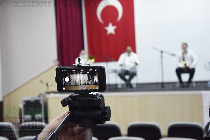 akhisar-belediyesi-canli-yayin-konseri-ile-vatandaslara-moral-verdi-(7).jpg