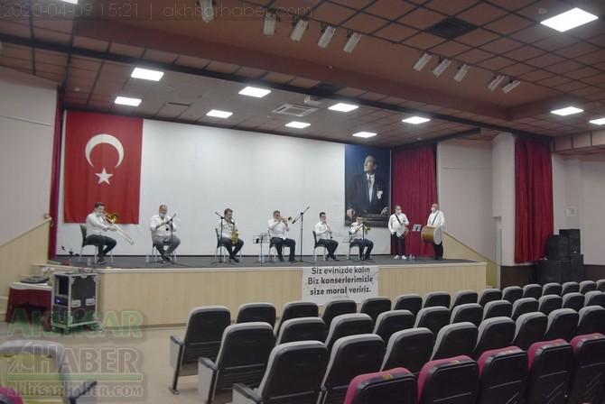 akhisar-belediyesi-canli-yayin-konseri-ile-vatandaslara-moral-verdi-(9).jpg