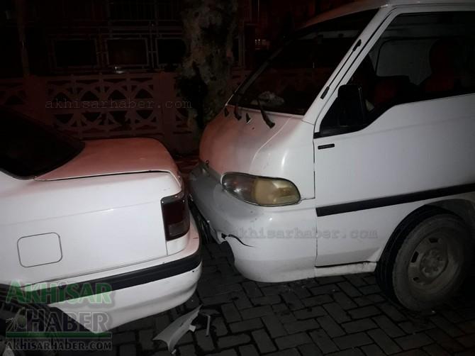 akhisar-merkez-ragipbey-mahallesinde-bugun-meydana-gelen-trafik-kazasi-ucuz-atlatildi-(3).jpg