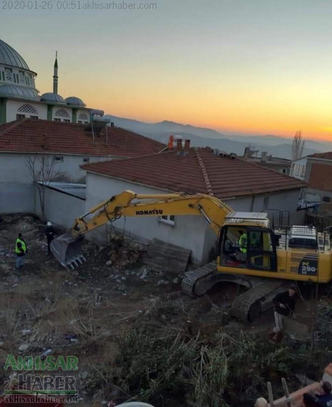 akhisardaki-depremin-ardindan-kirkagac-ilcesi-alifaki-koyunde-hasar-goren-caminin-minaresi-yikildi-(1).jpg