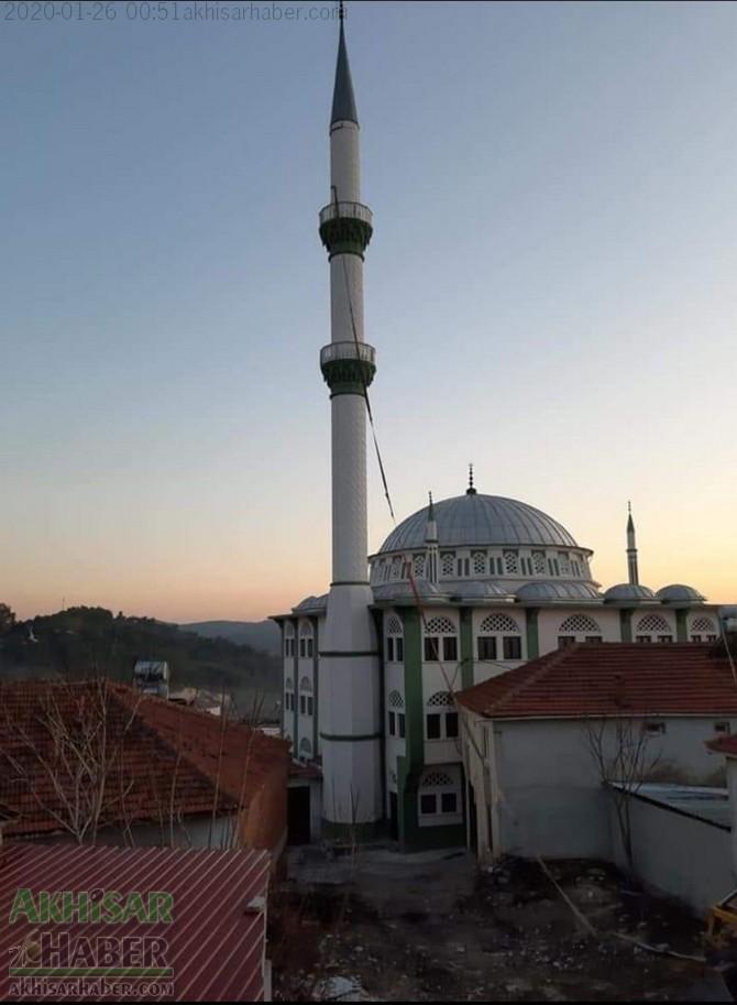 akhisardaki-depremin-ardindan-kirkagac-ilcesi-alifaki-koyunde-hasar-goren-caminin-minaresi-yikildi-(2).jpg