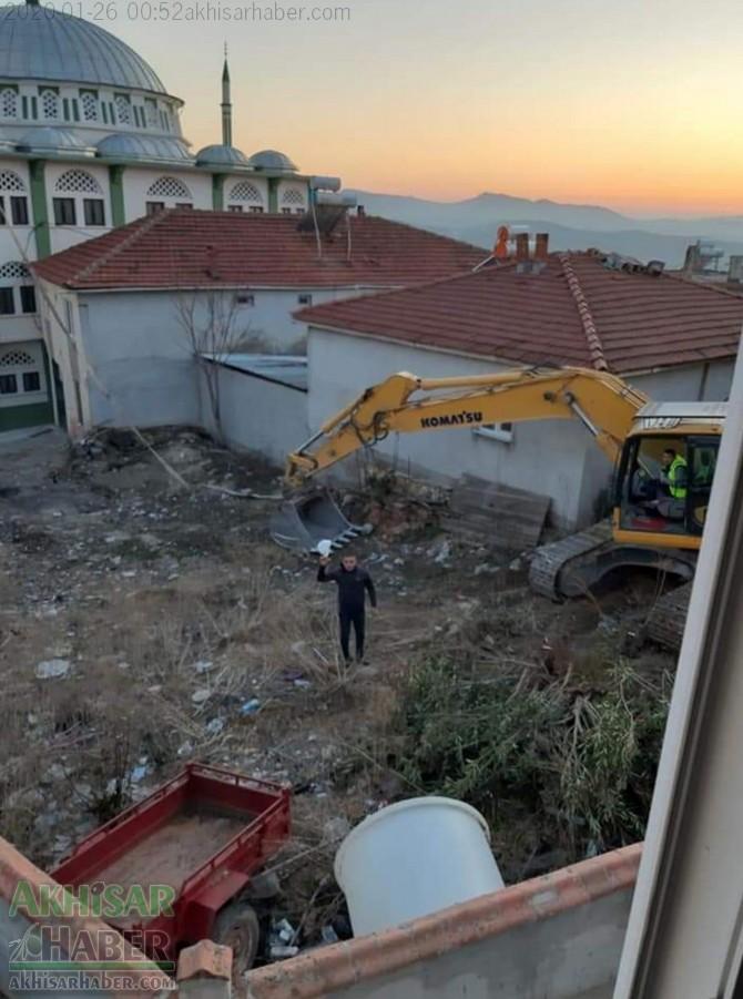 akhisardaki-depremin-ardindan-kirkagac-ilcesi-alifaki-koyunde-hasar-goren-caminin-minaresi-yikildi-(3).jpg
