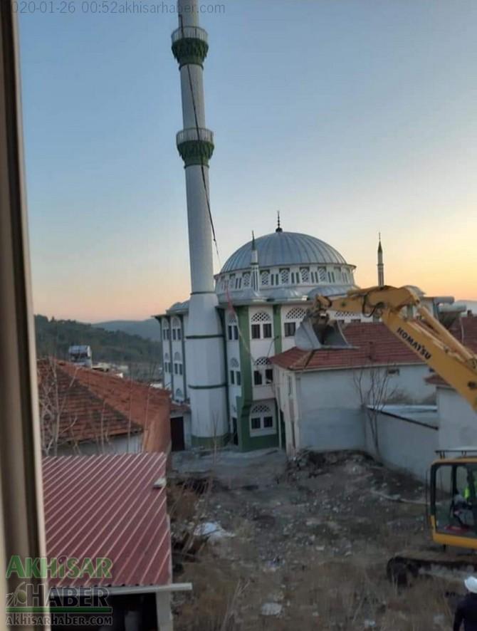 akhisardaki-depremin-ardindan-kirkagac-ilcesi-alifaki-koyunde-hasar-goren-caminin-minaresi-yikildi-(4).jpg