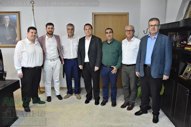akhisarspor'un-gelecegi-icin-iki-baskan-el-sikisti-(2).jpg