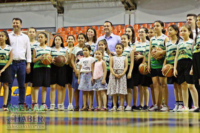 baskan-dutlulu,-basketbol-yaz-okulunu-ziyaret-etti-(1).jpg