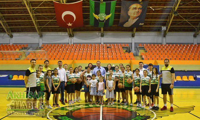 baskan-dutlulu,-basketbol-yaz-okulunu-ziyaret-etti-(3).jpg