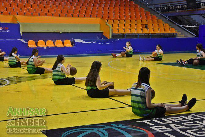 baskan-dutlulu,-basketbol-yaz-okulunu-ziyaret-etti-(5).jpg