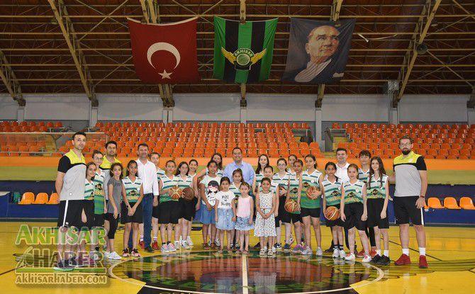 baskan-dutlulu,-basketbol-yaz-okulunu-ziyaret-etti-(7).jpg