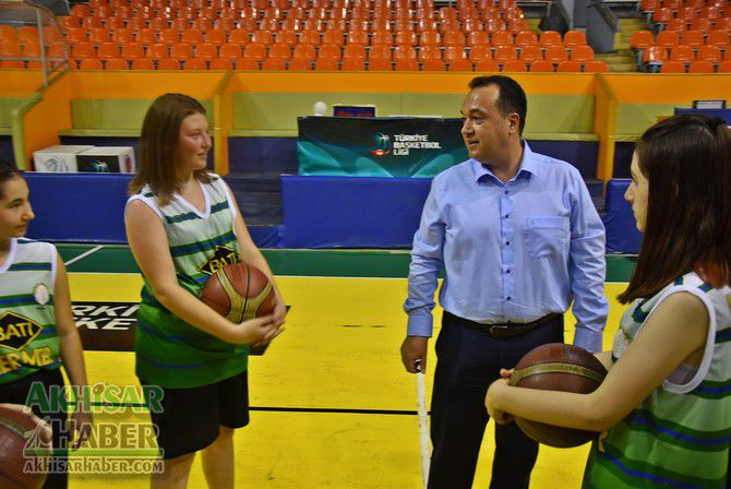 baskan-dutlulu,-basketbol-yaz-okulunu-ziyaret-etti-(8).jpg