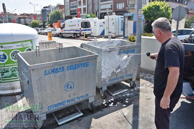 daha-temiz-bir-akhisar-icin-cop-konteynerleri-temizleniyor-(4).jpg