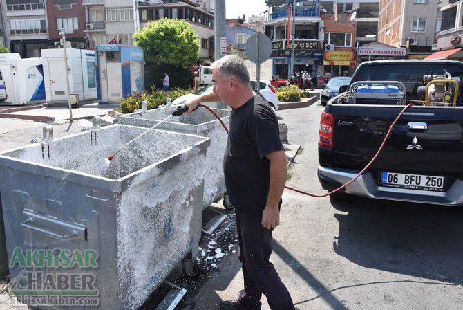 daha-temiz-bir-akhisar-icin-cop-konteynerleri-temizleniyor-(6).jpg