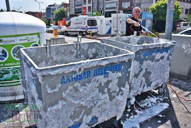 daha-temiz-bir-akhisar-icin-cop-konteynerleri-temizleniyor-(7).jpg