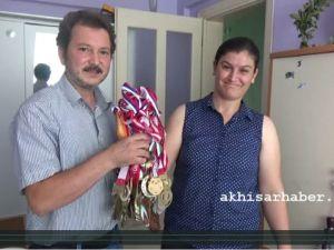 Cimnastik Dünya Şampiyonu Akhisarlı Ayşe Begüm Onbaşı'nın Ailesi Çok Mutlu