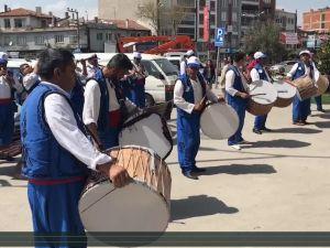Manisa Yunusemre Belediyesi, davul ve zurna eşliğinde Akhisarlıları yağlı güreş festivaline davet etti