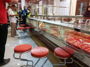 Malezya'da balyozlu hırsızlar kuyumcunun camına yenildiler!