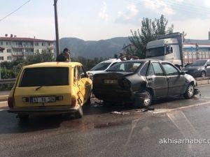 Akhisar'da yağmur kazayı getirdi 2 kazada 9 araç birbirine girdi