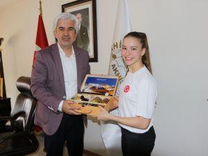 Akhisar Belediye Başkanı Salih Hızlı, Avrupa Şampiyonunu konuk etti