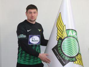 Akhisarspor, Karabükspor'dan ayrılan Yevgen Seleznov ile 2,5 yıllık sözleşme imzaladı.