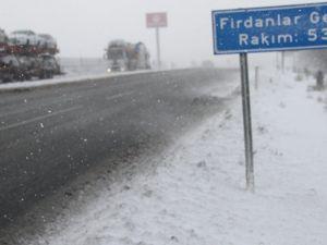 Akhisar-Balıkesir 30.kilometresi Firdanlar geçidinde an itibari ile kar yağış hızlandı sürücülerin dikkatli olması gerekiyor