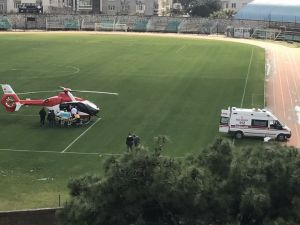 Helikopter Ambulans Akhisar'daki minik bir hasta için şehir stadyumuna indi